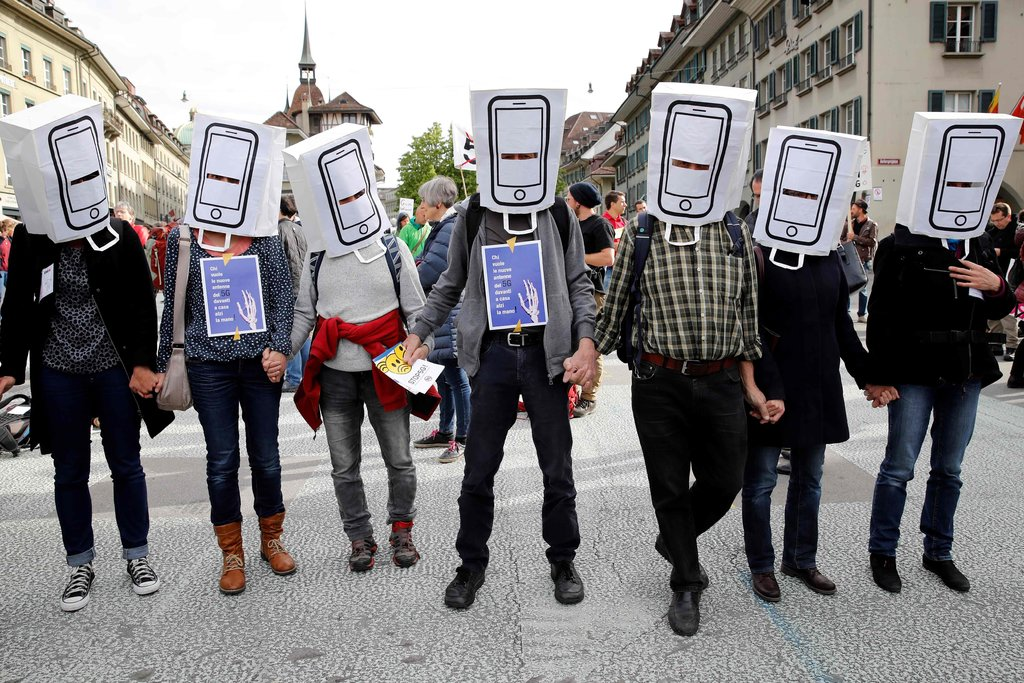Митинг против 5G в швейцарском Берне в 2019 году. Изображение — The New York Times.