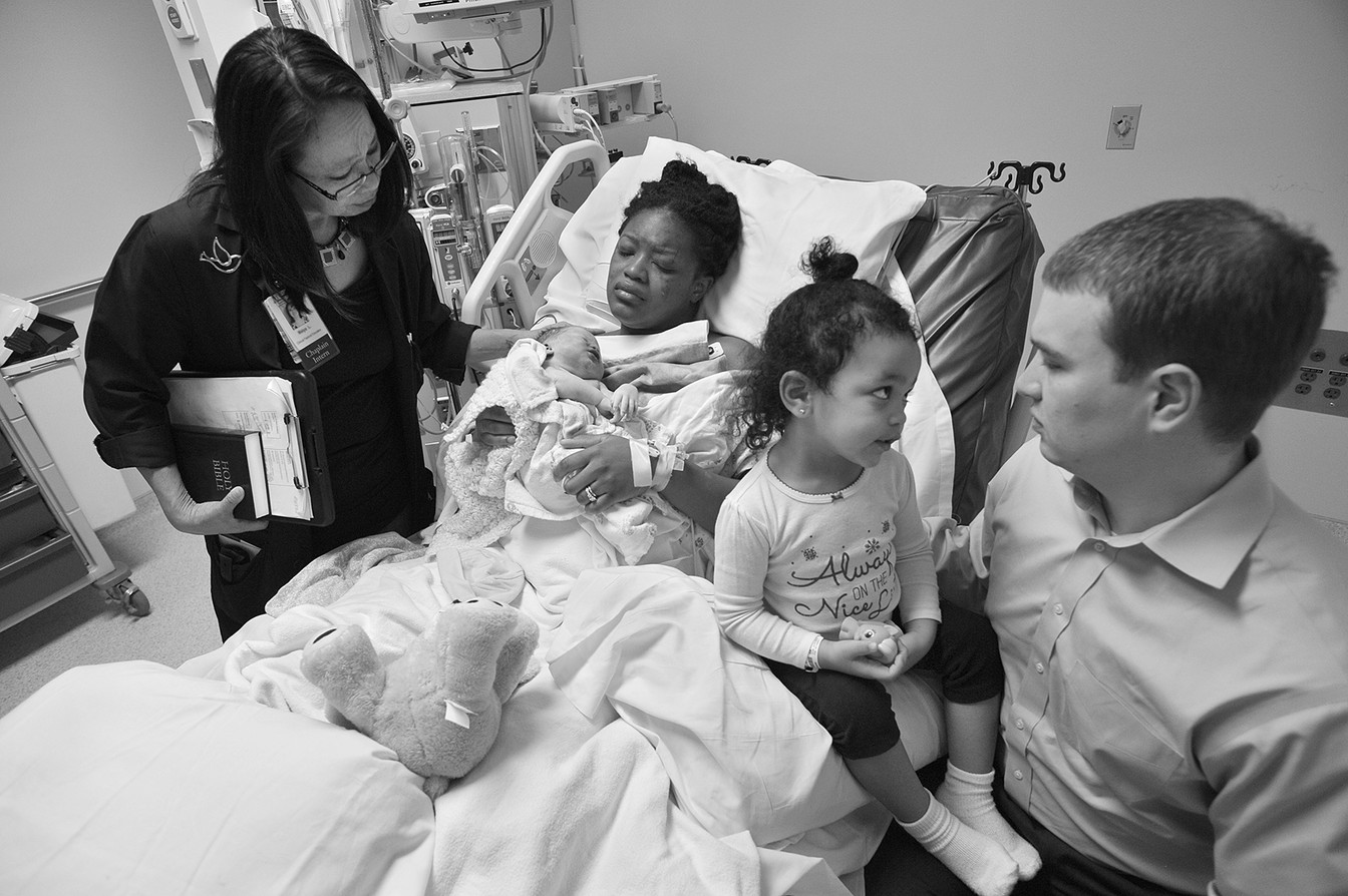Больничный священник навестила Рослин, которая укачивает погибшую Анью. Рядом сидят ее двухлетняя дочь Кира и муж Мэтт. Рослин пережила отслойку плаценты после автомобильной аварии.