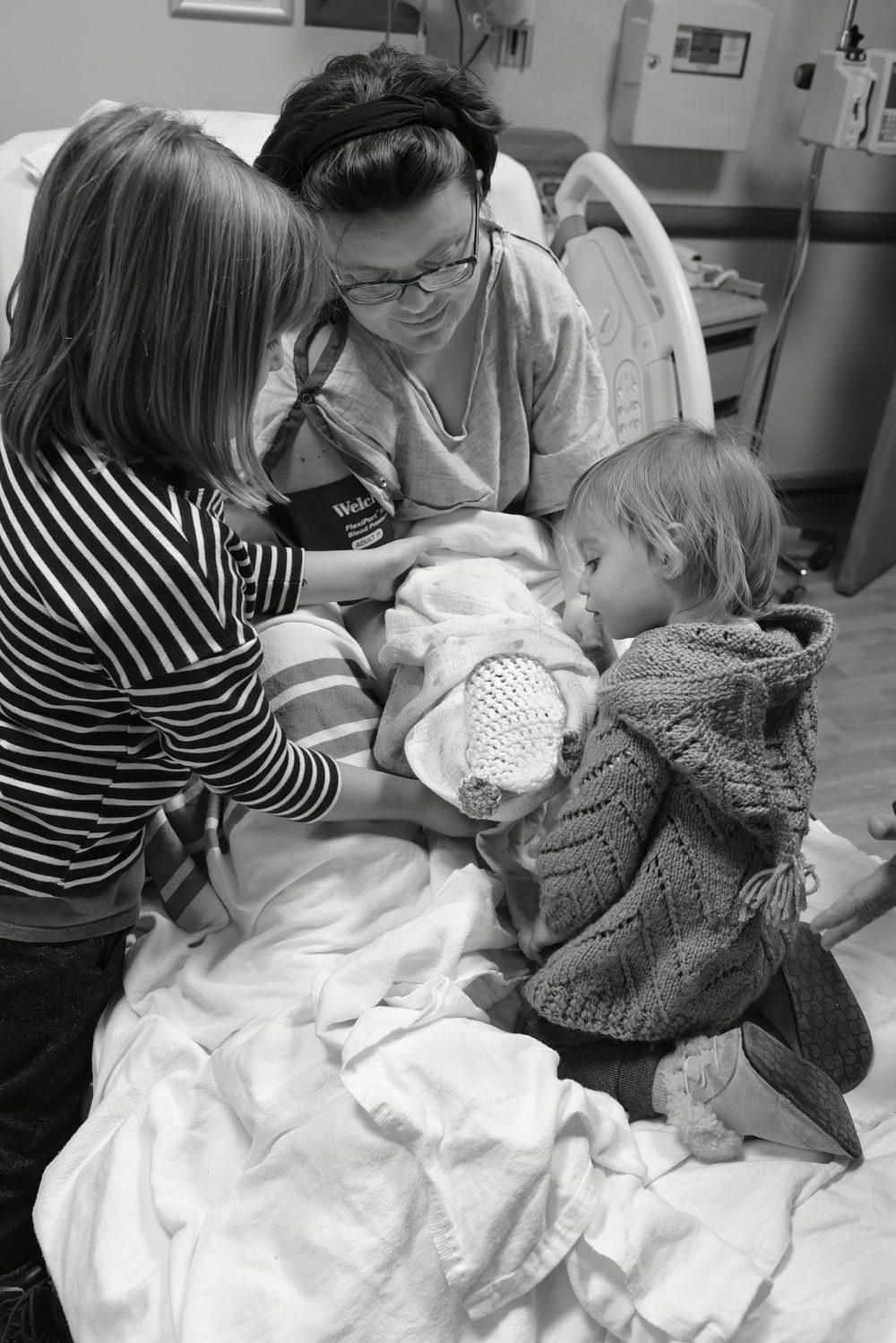 Дана и ее дочери Хлоя и Кейт держат малыша Генри. Генри умер от редкого состояния — двустороннего почечного агенеза, он родился без почек.