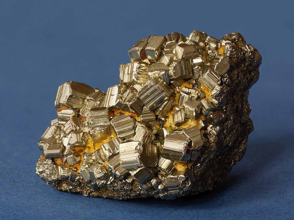 Сросток кристаллов пирита. Фото — «Википедия».