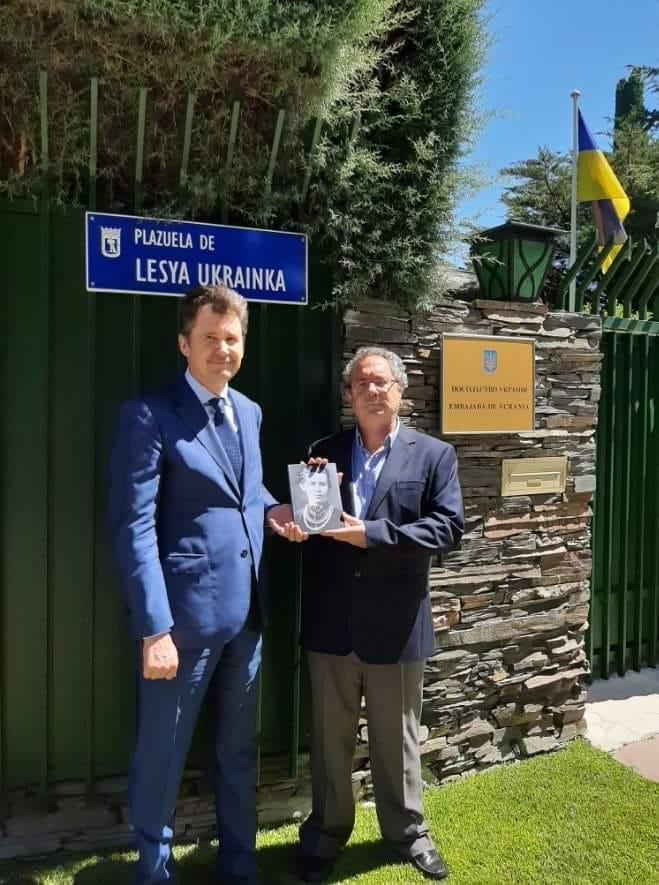 Посол Украины в Испании Анатолий Щерба и испанский писатель Хосе Андреас Альваро Окарис. Фото —Diaspora.ua.