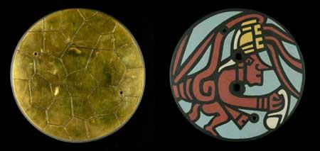 Репродукции передней и задней части мезоамериканского пиритового зеркала, найденного на месте Хохокам в Аризоне. Фото — Музей естественной истории Аризоны.