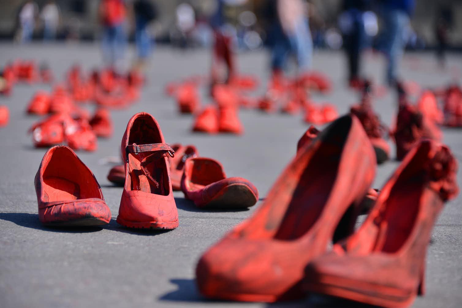 В январе художницы-феминистки заполнили главную площадь Мехико красными туфлями в память о пропавших без вести и убитых в стране женщинах. Фото — The Conversation.