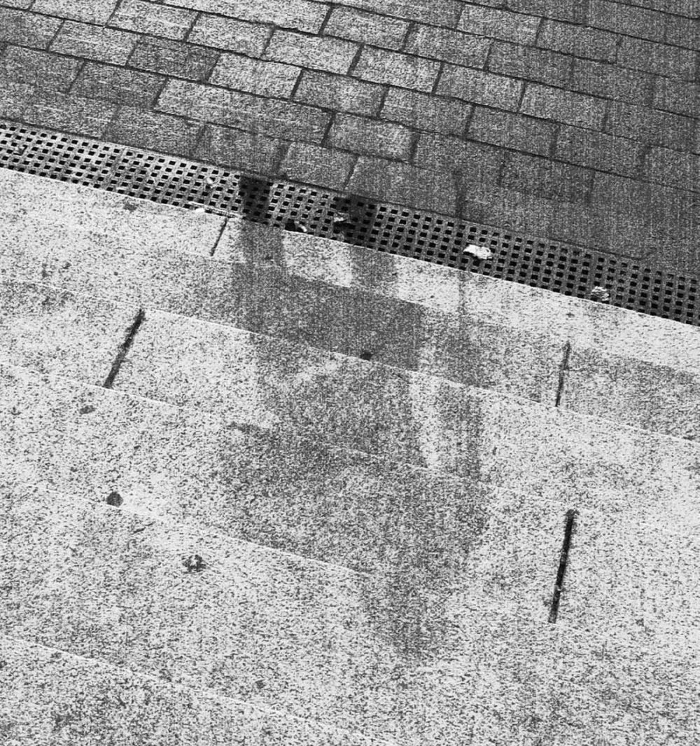 Взрыв был настолько мощный, что от людей, находящихся в его эпицентре, остались лишь силуэты на лестницах и мостовых. Это явление называют «тень Хиросимы».