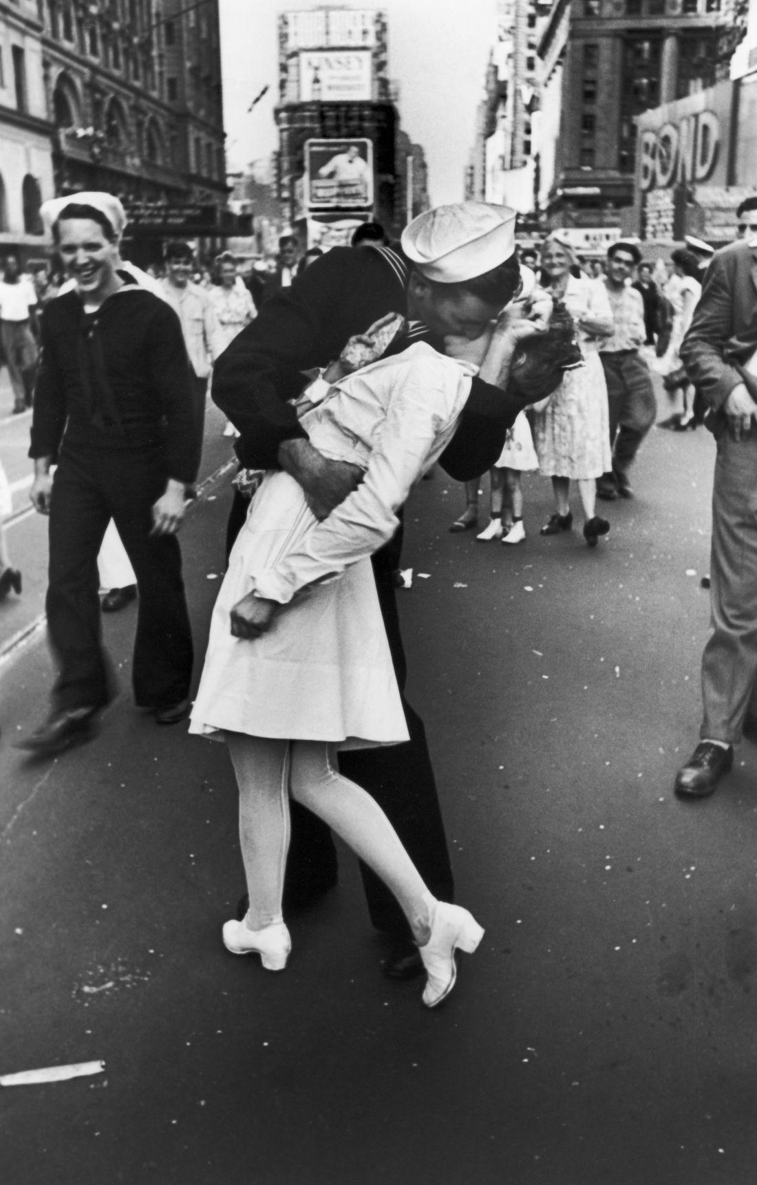 Американский моряк целует медсестру на площади Таймс-сквер в Нью-Йорке в день объявления капитуляции Японии.
