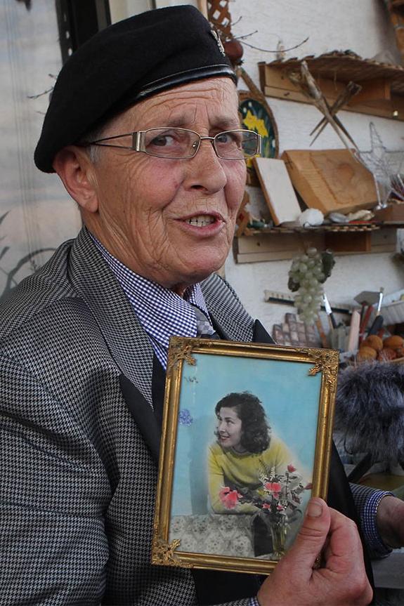 В руках Лали фотография, на которой изображена она сама до принесения клятвы.