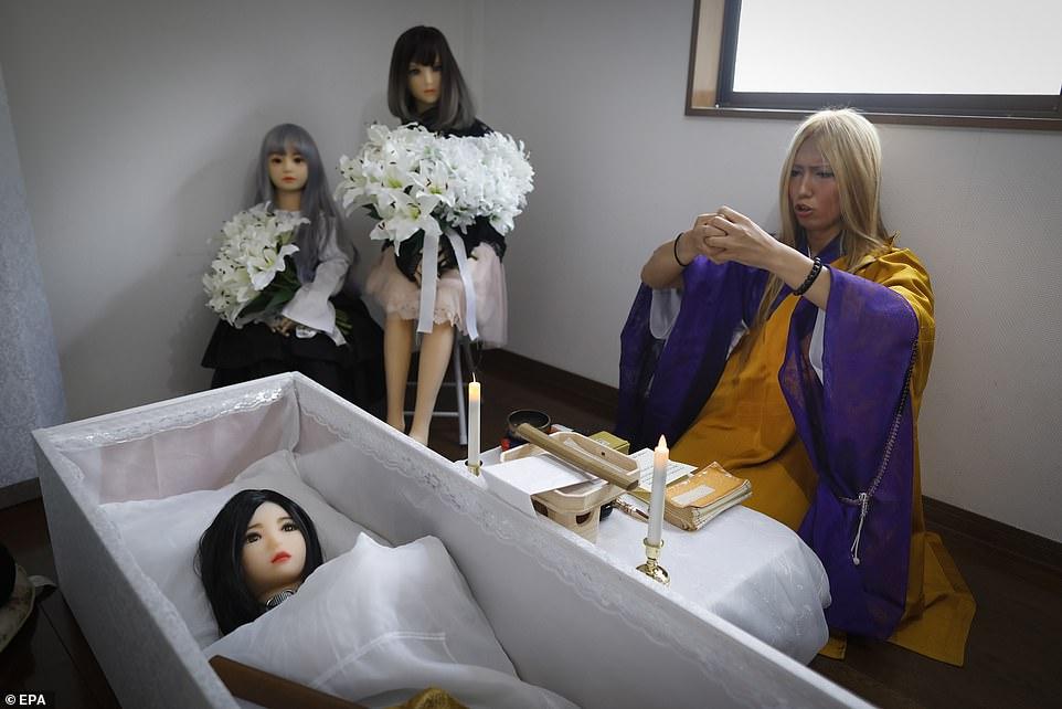 Монахиня Лай Като проводит церемонию