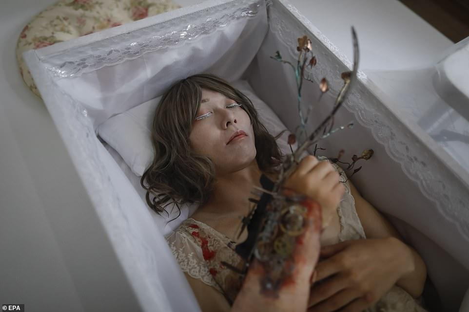 Актер изображает куклу в «похоронном» обряде