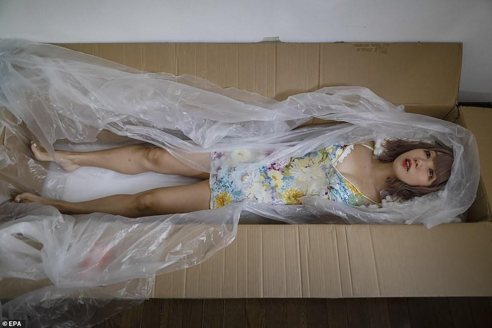 Актриса, изображающая куклу