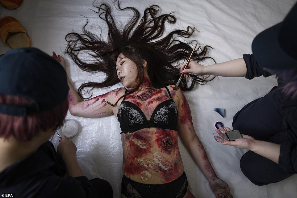 Актриса играет роль «убитой» куклы
