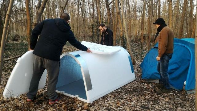 Французский инженер разработал водонепроницаемые теплые укрытия для бездомных