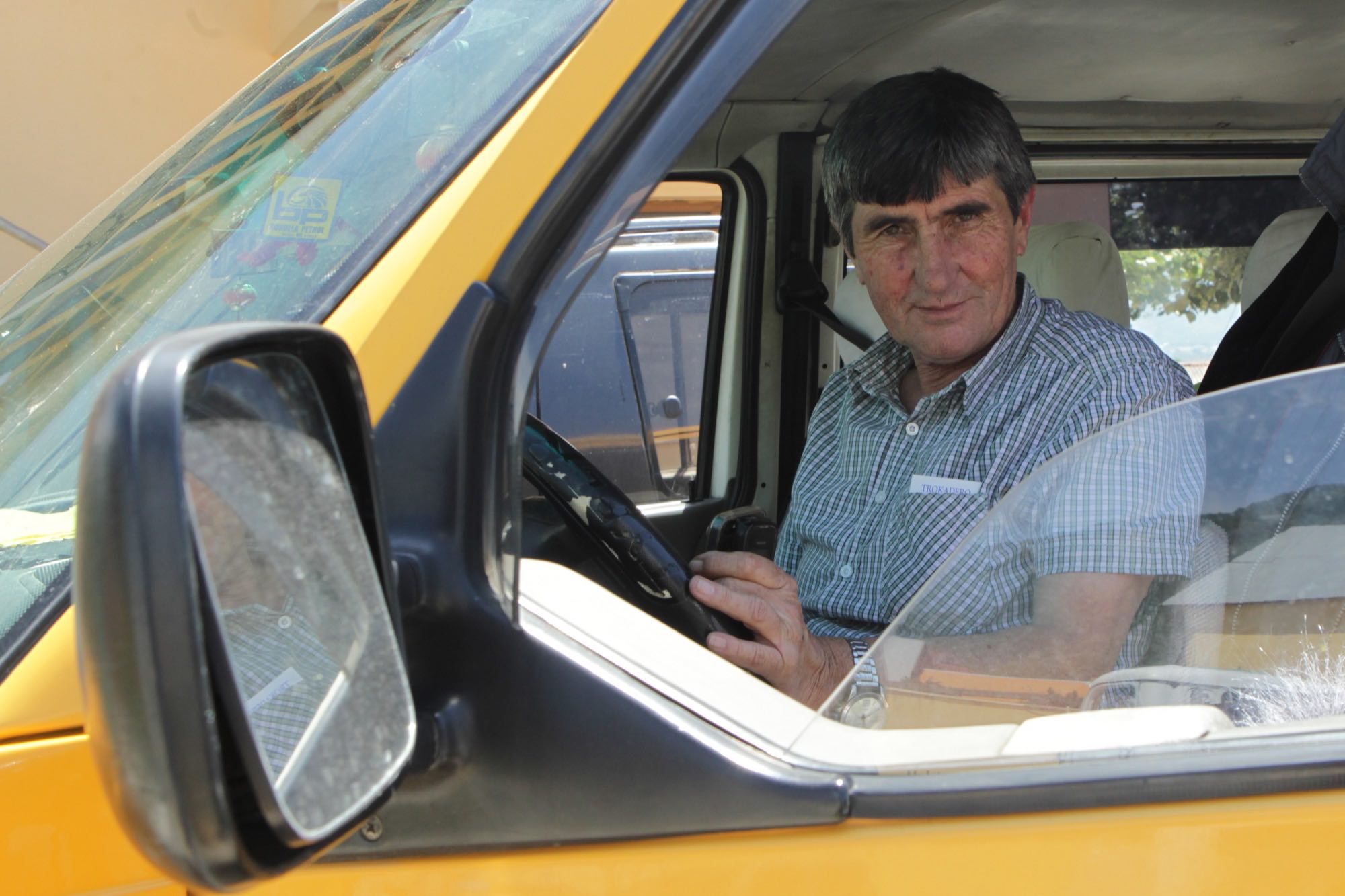 Бедри работает таксистом.