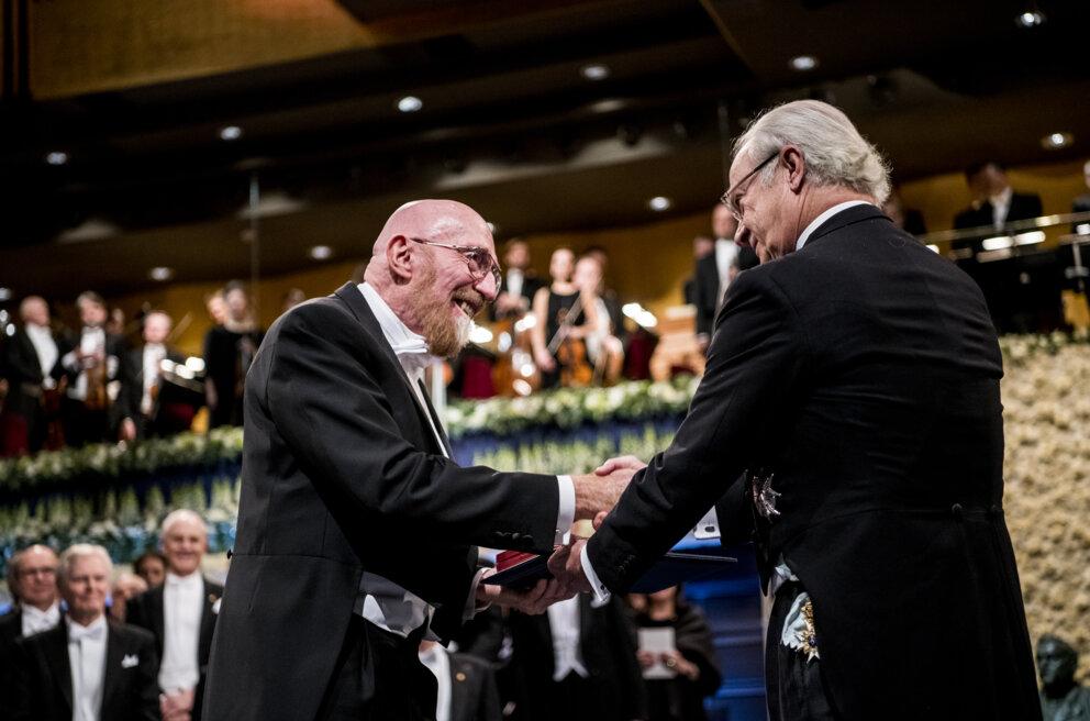 Американский физик и астроном Кип Торн получает Нобелевскую премию по физике от короля Швеции Карла XVI Густава в Стокгольмском концертном зале, 10 декабря 2017 года. Фото — Nobel Media.