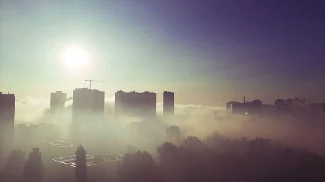 Видео дня. Дарницкий район Киева затянуло густым смогом — там второй день тлеет мусорная свалка