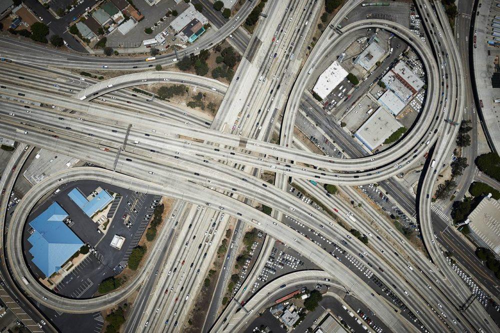 Лос-Анджелес, Калифорния, 2014 год. Эта развязка интерстейтов была построена еще в 1959 году. Интерстейтами называют автострады федерального значения в США.