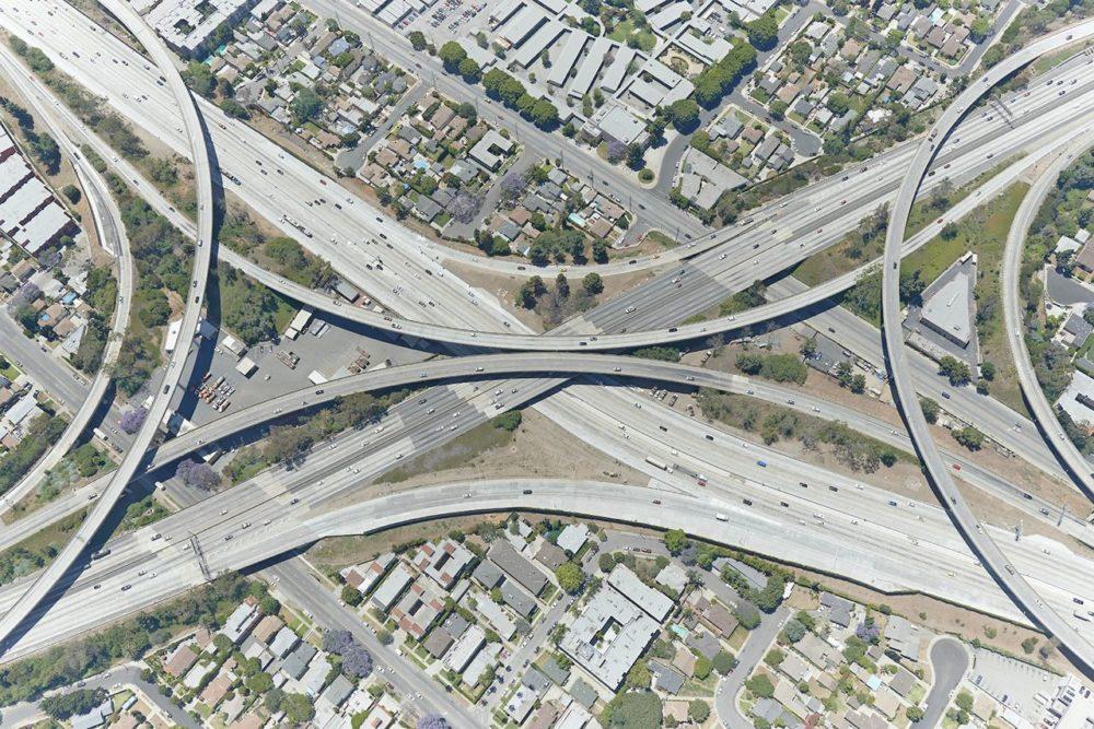Лос-Анджелес, Калифорния, 2014 год. Развязка была построена еще в 60-е, ее размеры настолько велики, что кадр пришлось делать на высоте в 700 метров.