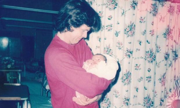 Боб Робинсон (на самом деле Ламберт) и его новорождённый сын от Джеки. Фото — The Guardian