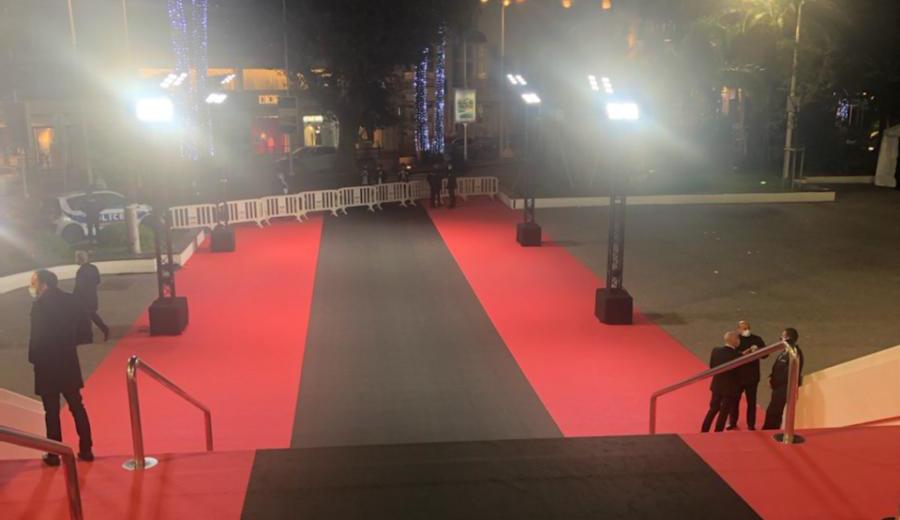 Красную дорожку Каннского фестиваля заменили черной в память о жертвах теракта в Ницце