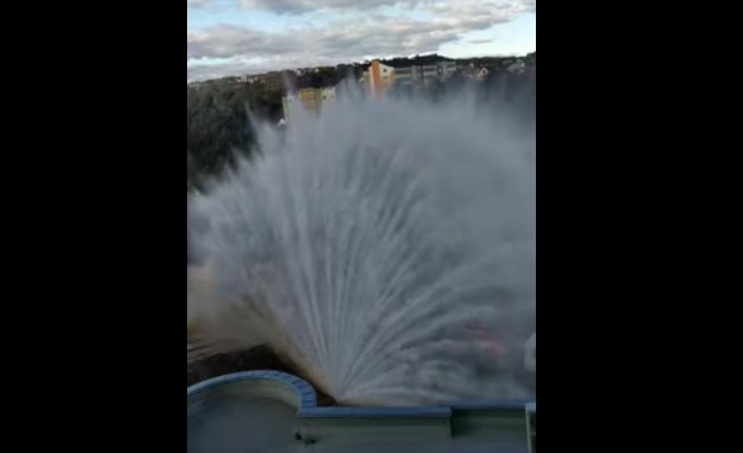 Видео дня. В Черновцах прорвало трубу, фонтан поднялся на несколько десятков метров