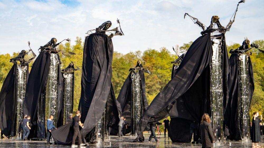 Так 29 сентября проходило открытие. Инсталляция «Зеркальное поле» была скрыта под «плащами» черных фигур. Фото — Gloss.