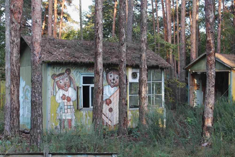 База отдыха «Изумрудный» недалеко от Чернобыля. Эти деревянные домики с персонажами сказок когда-то были популярным местом для летнего отдыха. Их полностью уничтожили лесные пожары в апреле 2020 года.