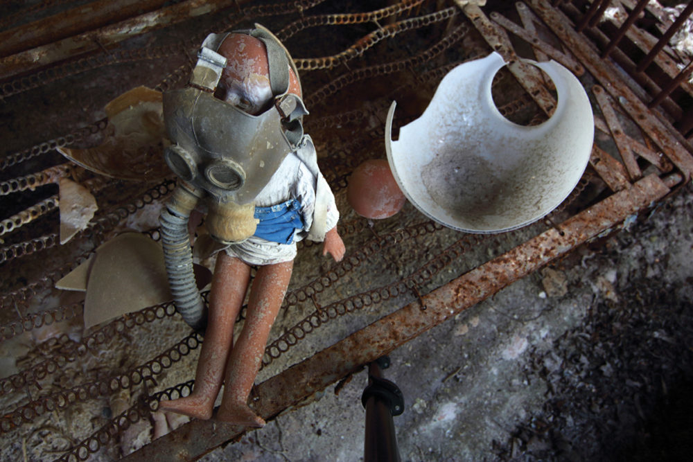 Детский сад № 7 «Золотой ключик», Припять. Из выброшенных «артефактов» посетители собирают такие инсталляции.
