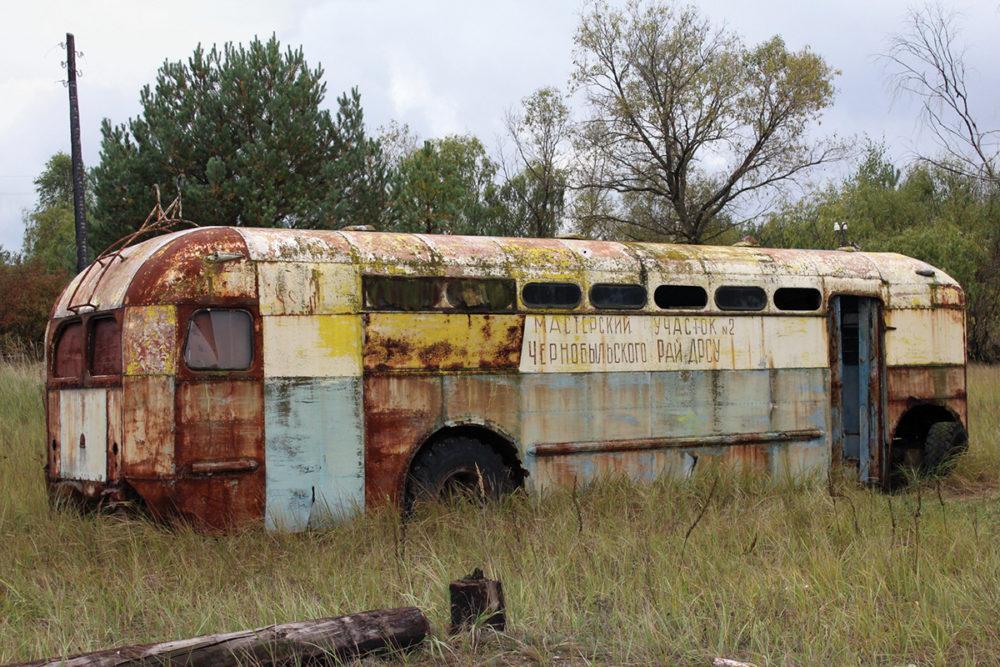 Заброшенный троллейбус, Копачи, Чернобыльская зона отчуждения. Эта загрязненная деревня была почти полностью уничтожена после катастрофы.