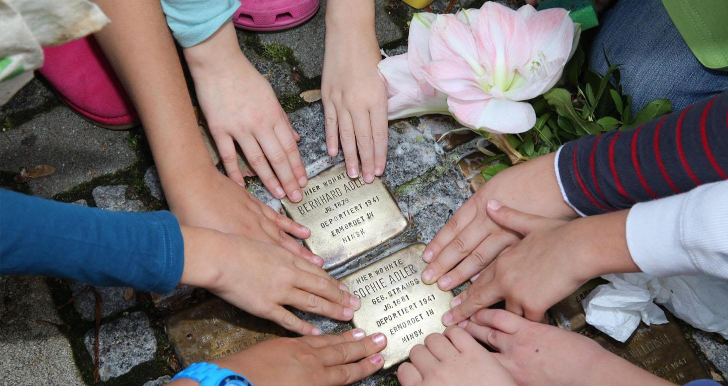 На мостовых Киева появятся камни преткновения в память о жертвах нацистов. Это всемирный проект