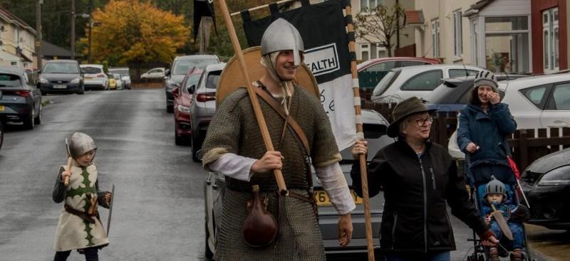 Англичанин прошел 500 километров в рыцарских доспехах, чтобы привлечь внимание к мужским самоубийствам