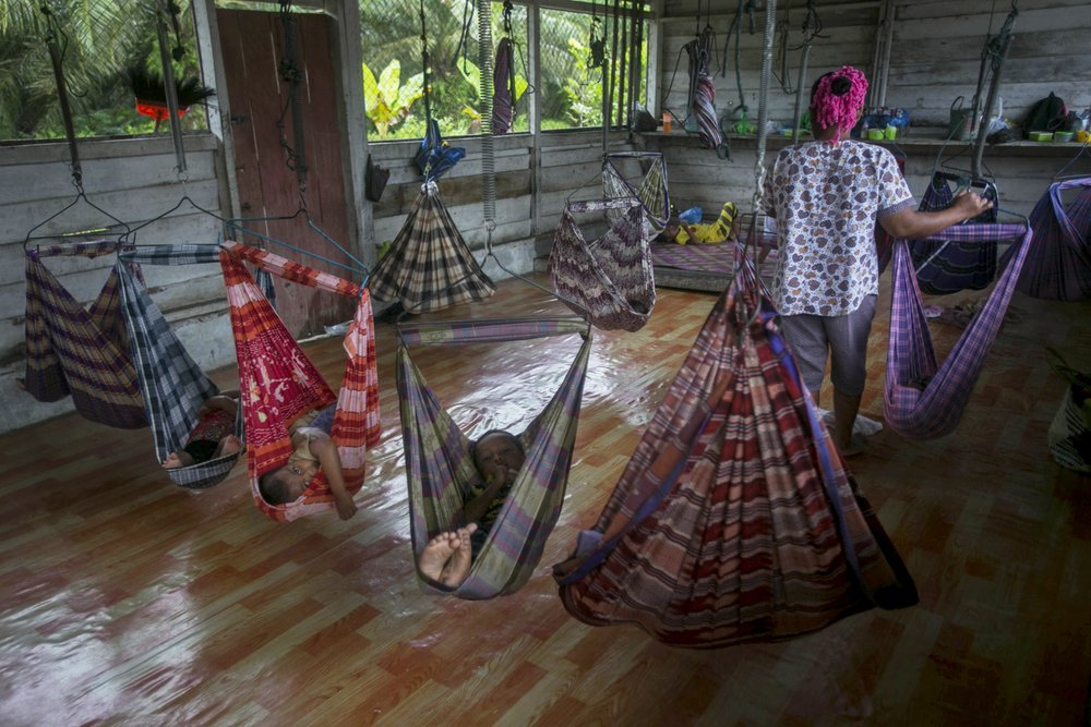 Дети работниц плантаций в импровизированном детском саду.