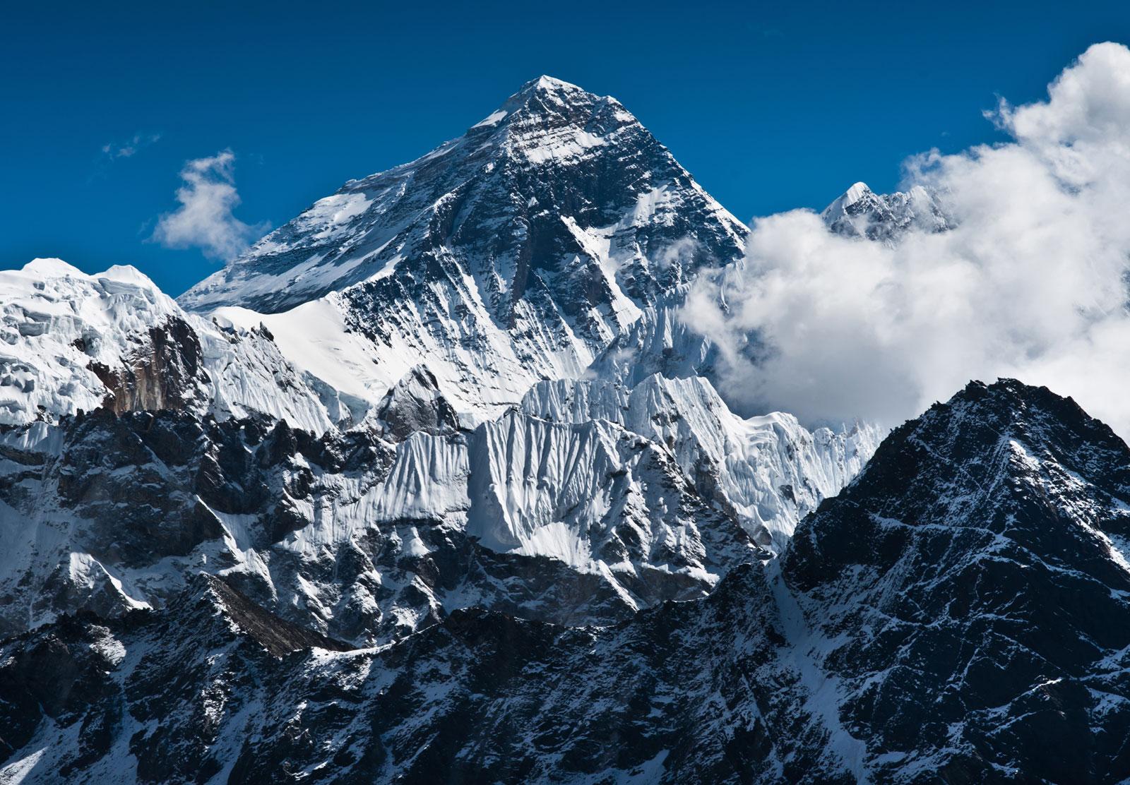 Микропластик впервые нашли на вершине Эвереста