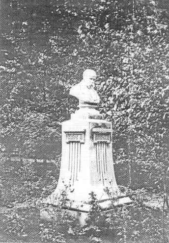 Первый в Украине памятник Тарасу Шевченко. Установлен в 1881 году в Харькове. Фото — «Википедия».