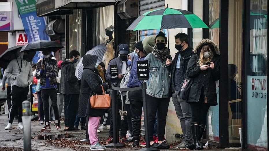 Жители Нью-Йорка нанимают фрилансеров, чтобы те стояли в очереди в центрах тестирования на COVID-19