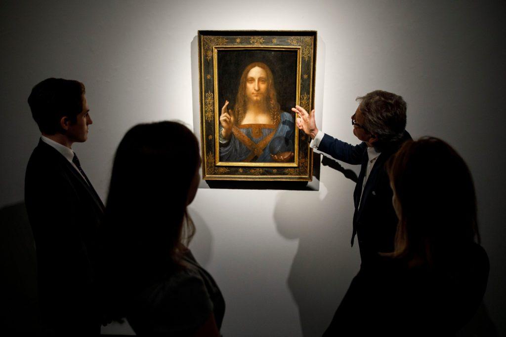 Картина Леонардо да Винчи Salvator Mundi перед ее продажей на аукционе Christie's в Нью-Йорке 15 ноября 2017 года. Фото — Толга Акмена, AFP.