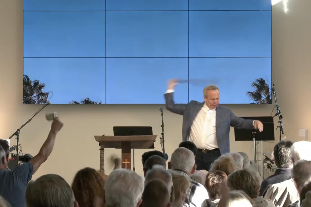 Пастор из Калифорнии назвал свою церковь стриптиз-клубом, чтобы обойти карантин