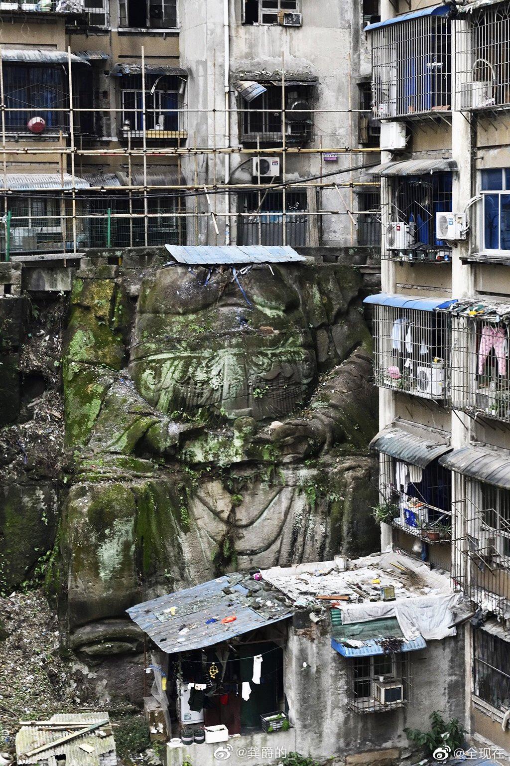 В Китае под многоэтажкой случайно нашли гигантскую статую обезглавленного Будды