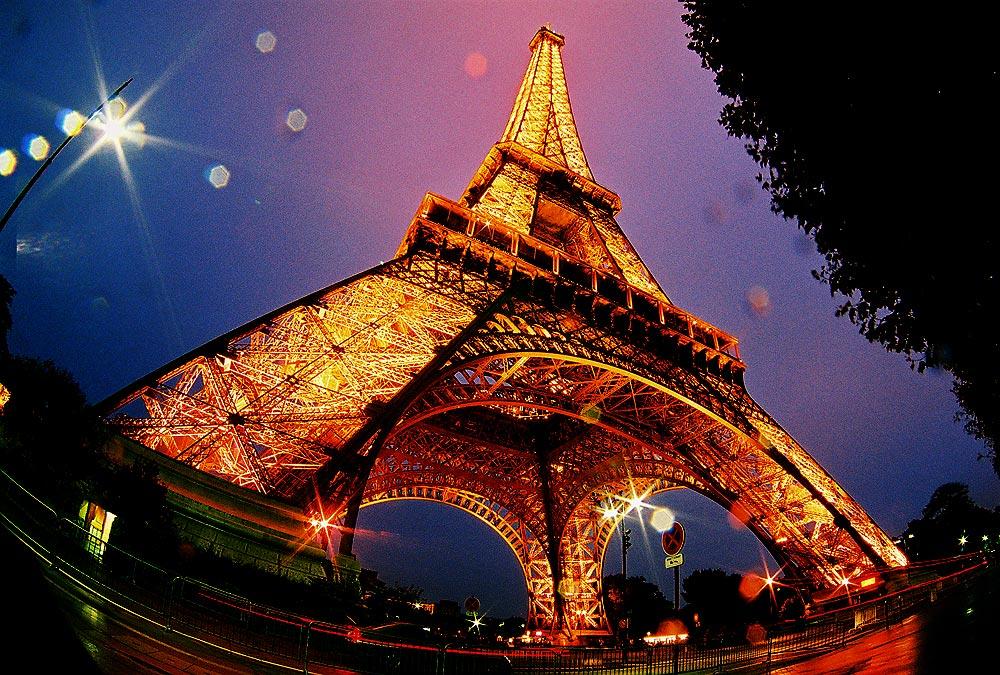 В Париже на аукционе продали фрагмент Эйфелевой башни. Уже не в первый раз