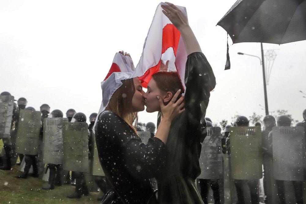 Протесты, пандемия и поцелуи. 2020 год на фотографиях репортеров Associated Press