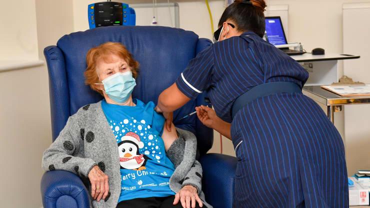 В Британии началась массовая вакцинация от COVID-19. Первую прививку получила 90-летняя женщина