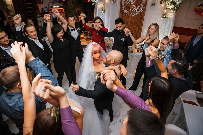 Снимок дня. Казахский бодибилдер женился на секс-кукле