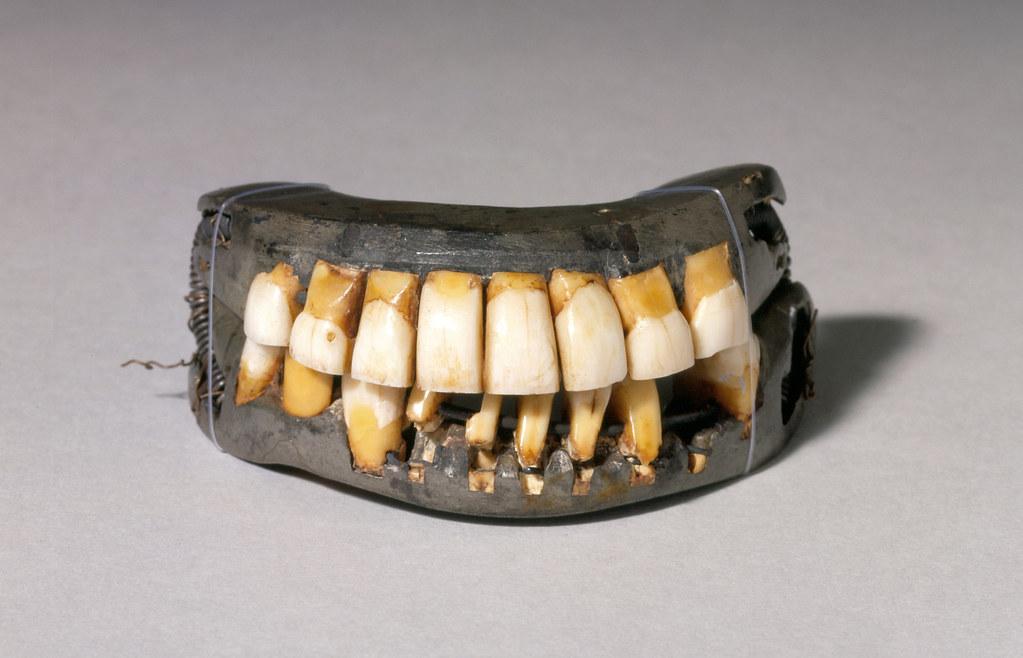 Вставные зубы Джорджа Вашингтона, хранящиеся в национальном памятникеМаунт-Вернон.