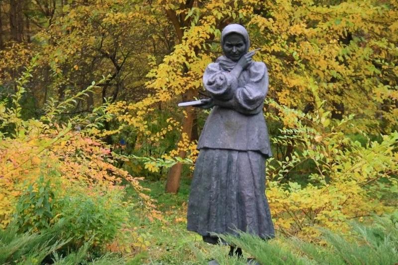 Памятник во дворе дома-усадьбы. Фото — «Артхив».