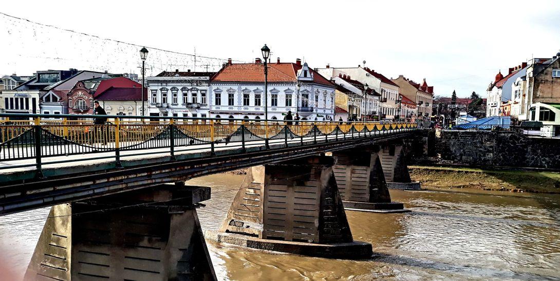 Пешеходный мост в Ужгороде. Перила сильно изменились. Фото — Елена Пузь.