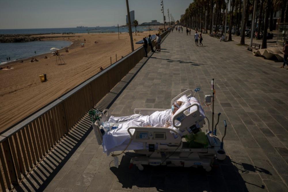 Франсиско Эспана смотрит на Средиземное море рядом с госпиталем Дель Мар в Барселоне. После 52 дней пребывания в отделении интенсивной терапии из-за коронавируса врачи разрешили Франциско провести почти десять минут на берегу моря.