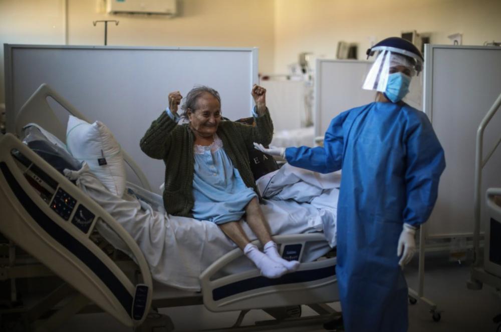 84-летняя Бланка Ортис из Буэнос-Айреса радуется, что ее выпишут из больницы через несколько недель после госпитализации с COVID-19.