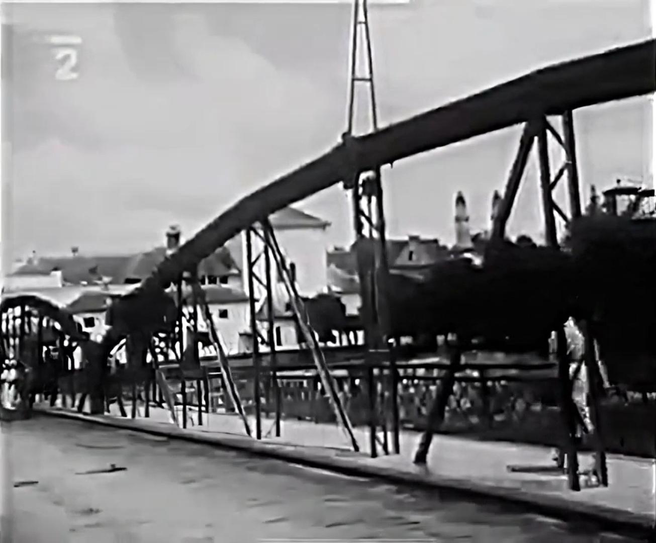 Пешеходный мост в Ужгороде. Кадр видео 1930 года.