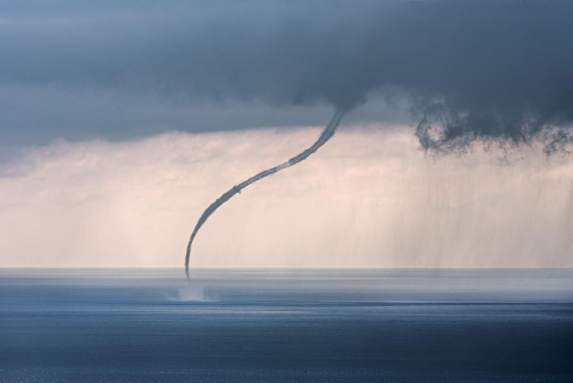 Фото — «Водяной смерч на море». Остров Лошинь, Хорватия. Автор — Sandro Puncet.