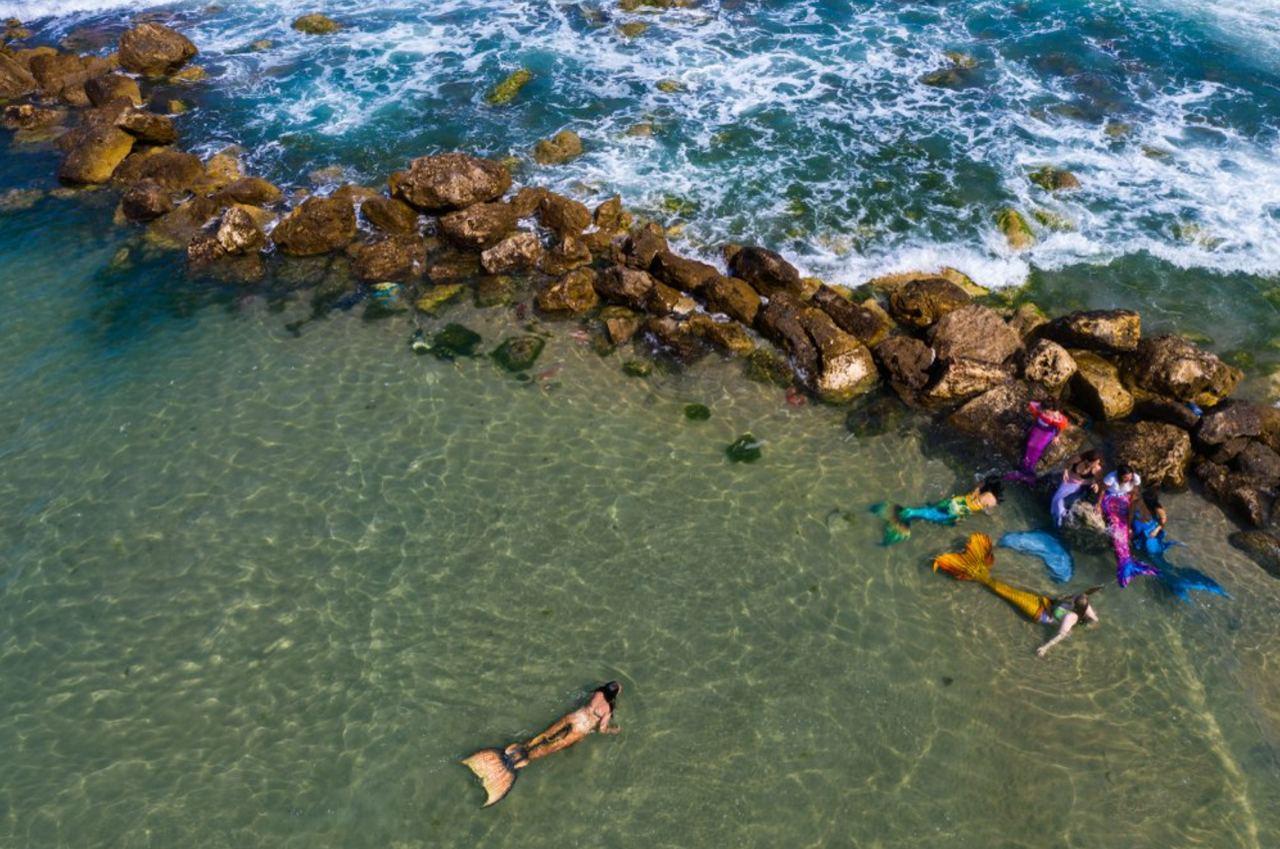 Члены сообщества израильских русалок плавают на пляже в Бат-Яме, недалеко от Тель-Авива.