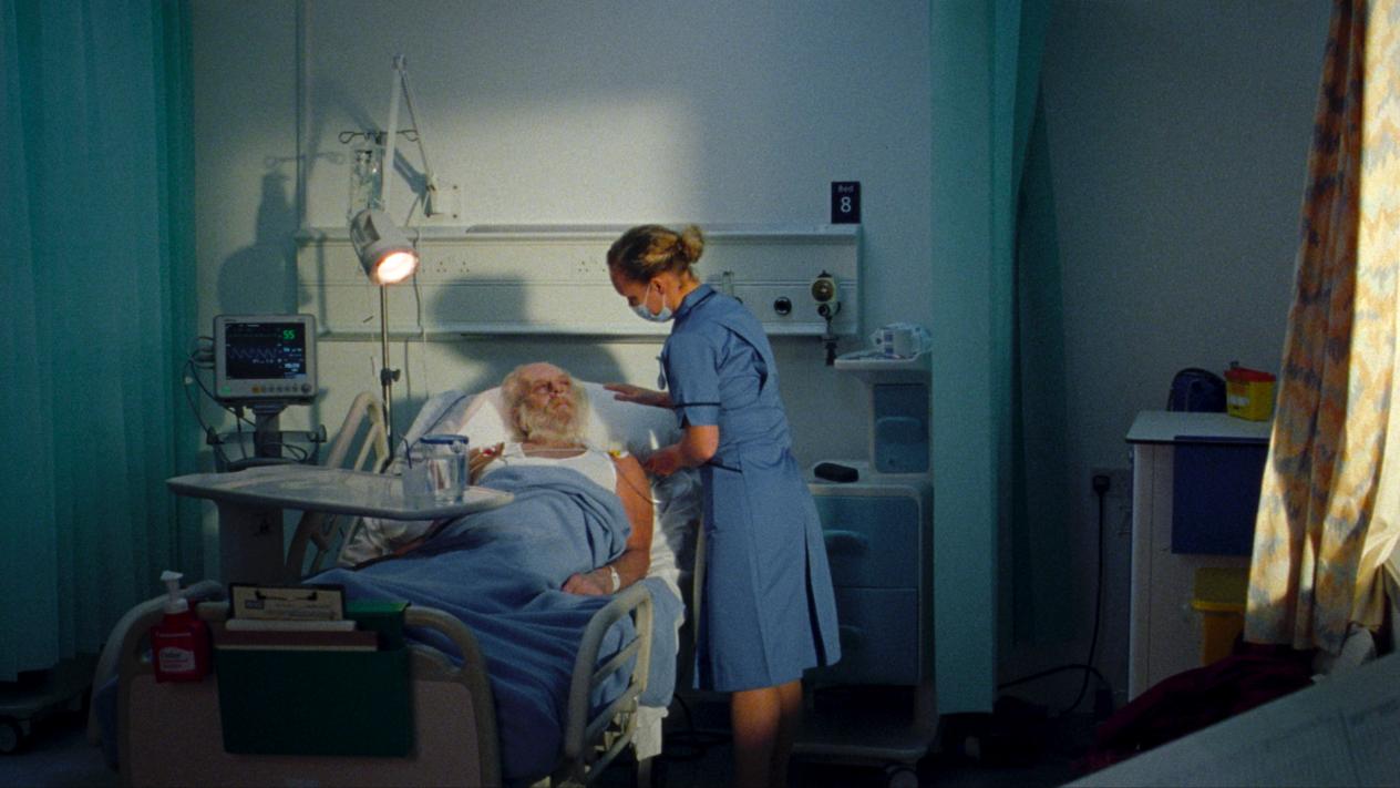 Британские власти сняли ролик про Санту, который заболел COVID-19, а потом с извинениями его удалили