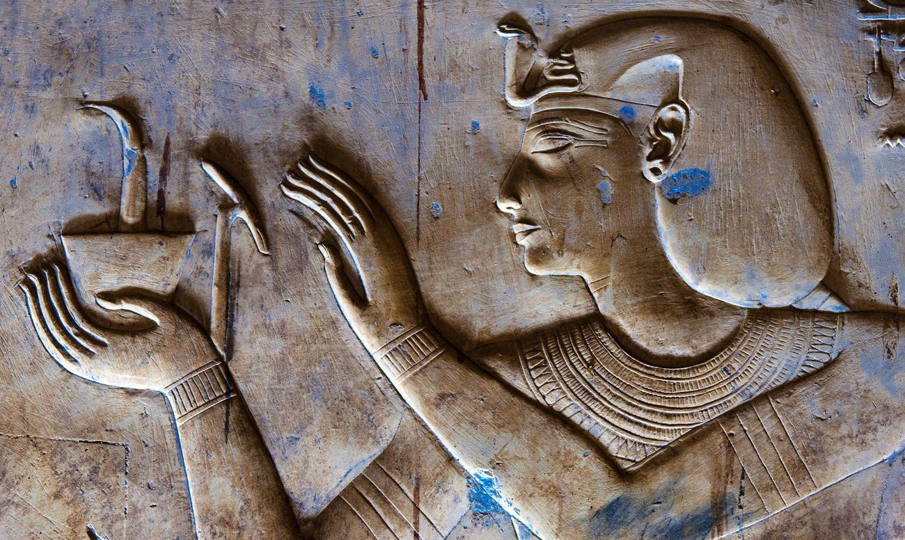 Египетский барельеф, изображающий зубного врачевателя.